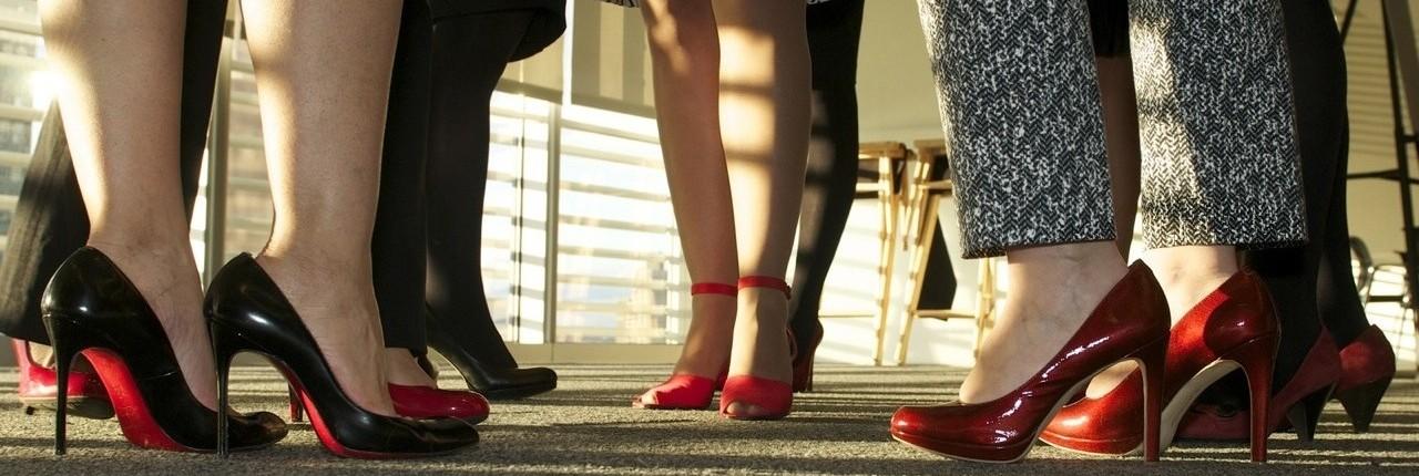 Red Shoe Tuesday, el martes de los zapatos rojos, es el día en que las mujeres van a trabajar con zapatos rojos y los hombres con corbatas de ese color para demostrar su apoyo por el crecimiento profesional de las mujeres