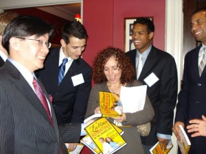 Mariela Dabbah conferencista motivational firma libros en un evento en el Club de Harvard