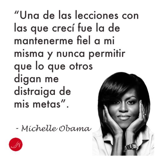 Cita inspiradora de Michelle Obama - Una de las lecciones con las que crecí fue la de mantenerme fiel a mi misma y nunca permitir que lo que otros digan me distraiga de mis metas