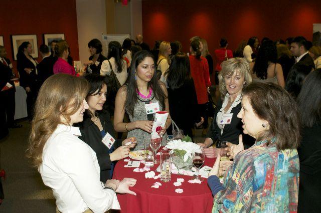 No dejes de ir a eventos donde puedas conocer personas de otros campos, profesiones e intereses.