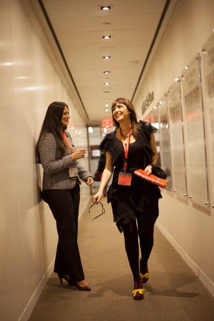Sincroniza tus horarios con los de tus compañeros para fortalecer relaciones mientras vas de un lado al otro. En la foto: Zuania Capo, de Vivala.com y Jola Kordowski de MetLife.