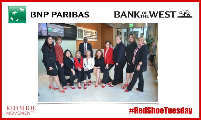 El Bank of the West celebra un #RedShoeTuesday en sus oficinas de California.