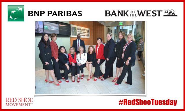 El Bank of the West celebra un #RedShoeTuesday en sus oficinas de California.