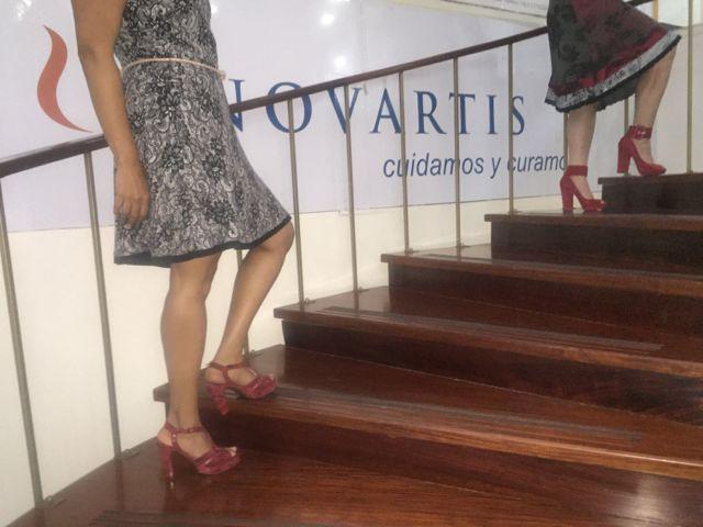 Participantes de nuestro programa Step Up de Novartis muestran gráficamente qué significan los zapatos rojos para ellas.