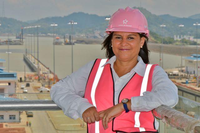 Ilya Marotta elige usar un casco rosa para enviar la señal de que la mujer puede llegar a la cima en una profesión de hombres