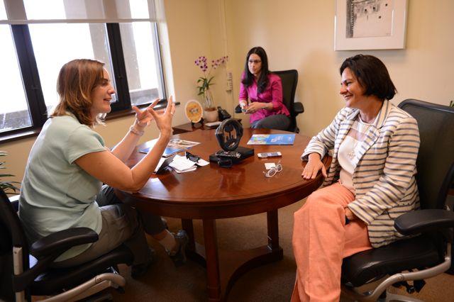 Ilya Marotta conversa con mujeres en su oficina