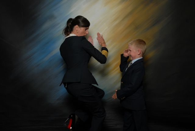 Kate McCue con sus zapatos Christian Louboutin juega con un pasajero