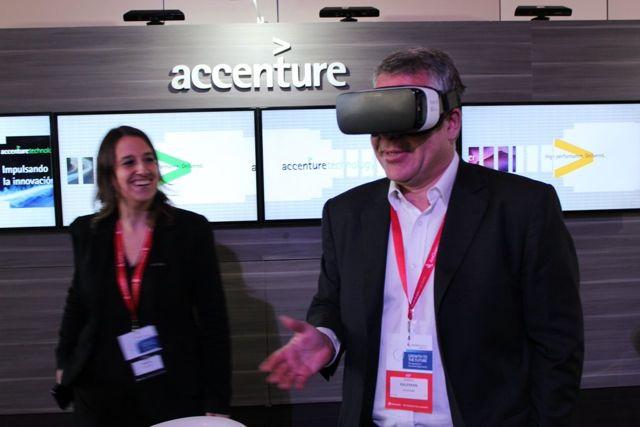Sergio Kaufman probando tecnología de realidad virtual.