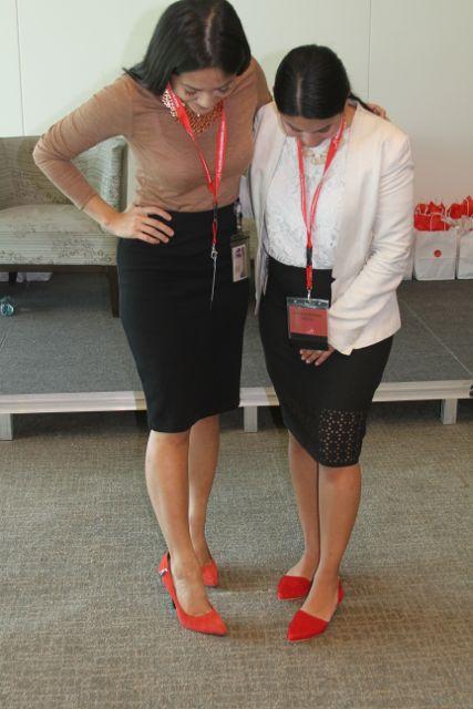 Dos participantes del evento comparando zapatos. Los de la derecha, son el modelo de Farylrobin que regalamos en el evento.