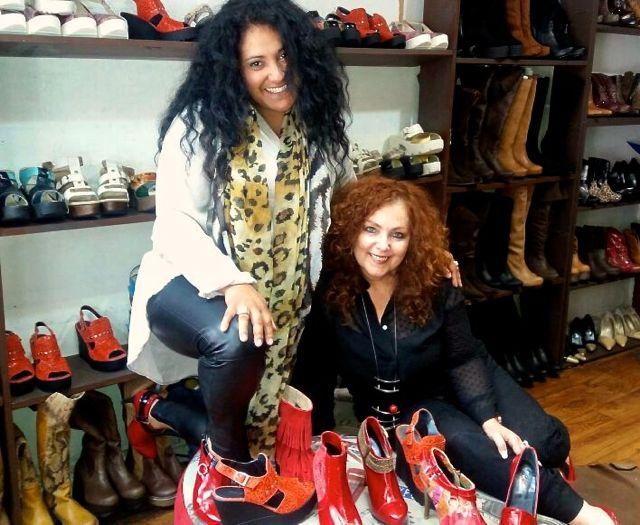 Mariela Dabbah visitó el local y las oficinas de Calzados Piel Canela en Santiago de Chile. Aquí con Paola Peña.