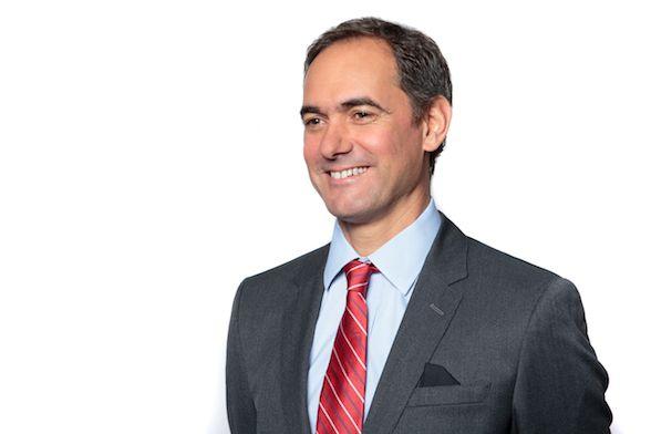 Con su corbata roja (y a veces con zapatillas) Andres Graziosi apoya #RedShoeTuesday en Novartis