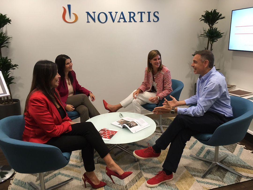 En Novartis, cada martes, hombres y mujeres usan zapatos y corbatas rojas para apoyar el crecimiento profesional del talento femenino