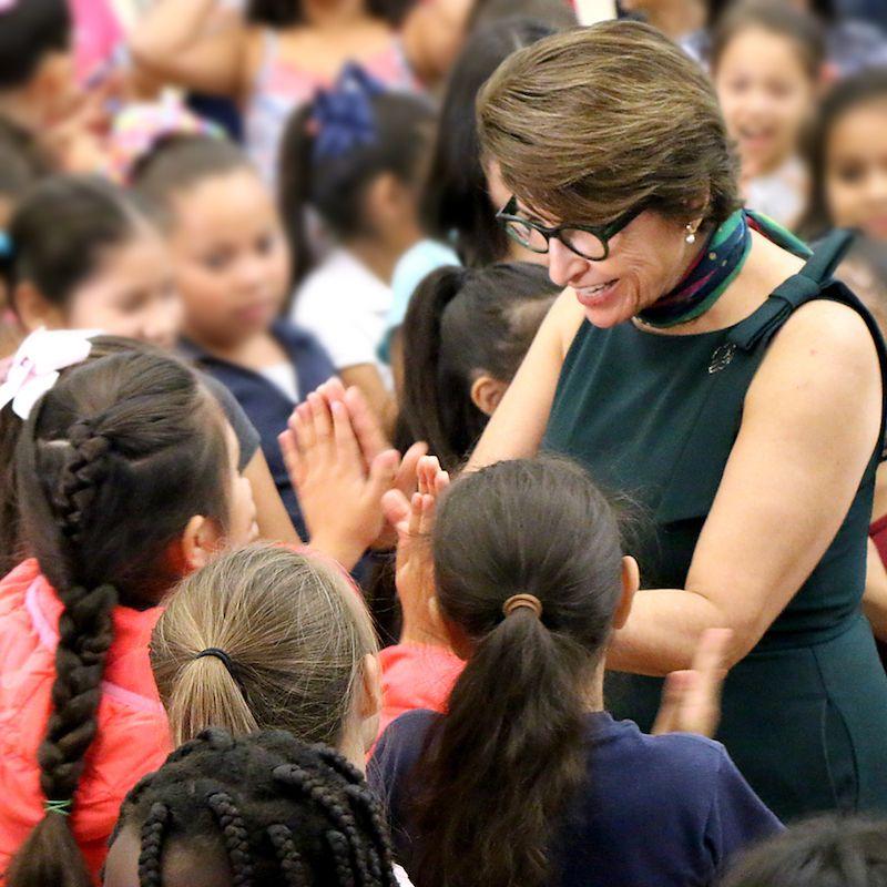 Sylvia Acevedo visita escuelas