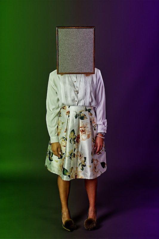 Una mujer con una caja en lugar de cabeza