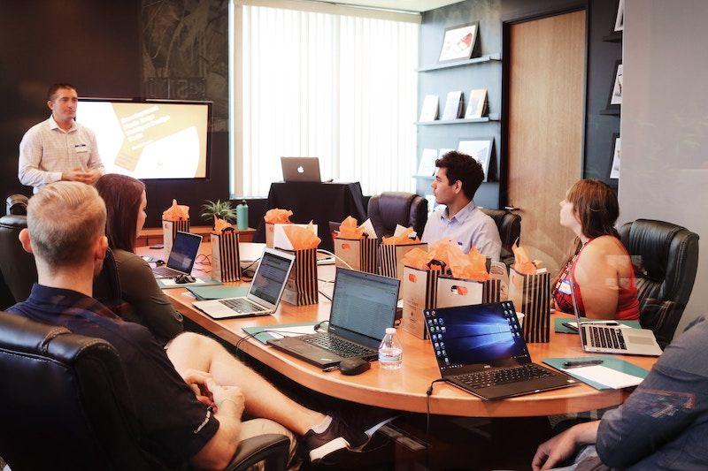 Alternar días de trabajo remoto con encuentros en persona ayuda a maximizar los beneficios. Foto Credit: Campaign Creators -Unsplash