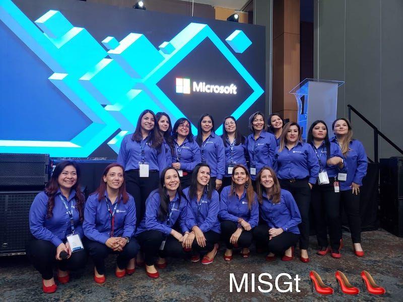 Microsoft women en eventos internos o externos apoyan #RedShoeTuesday
