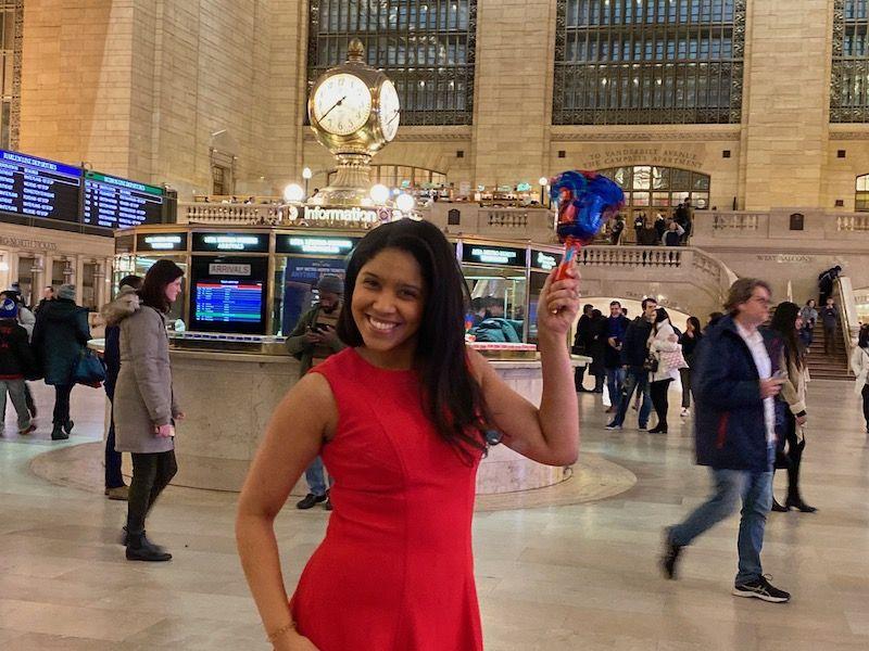 Iris Otano toca la campana por equidad de genero en Grand Central Station