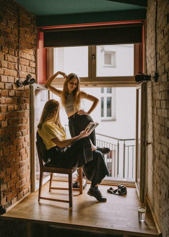 Leer en voz alta durante la cuarentena. Photo Credit- Kinga Cichewicz. Unsplash