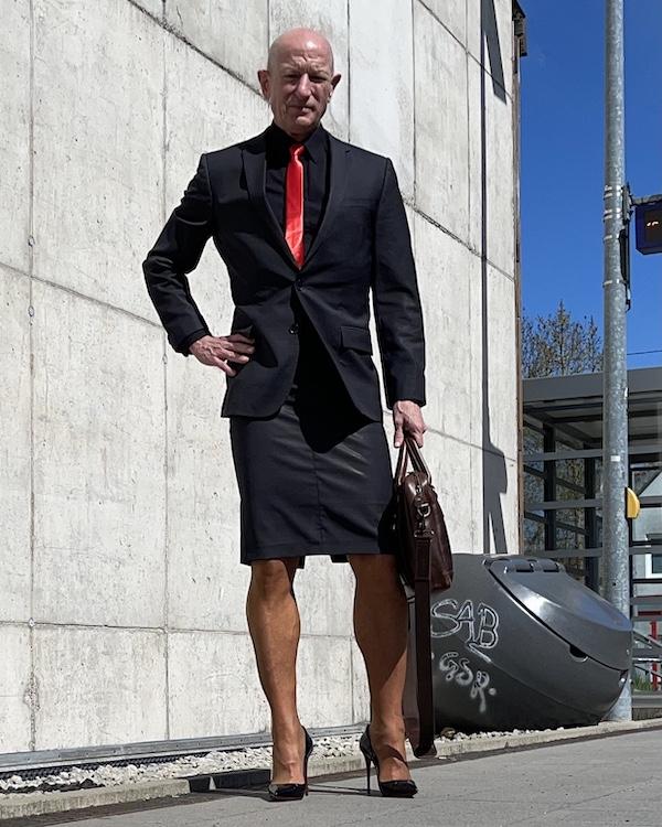 Mark Bryan con corbata roja y falda