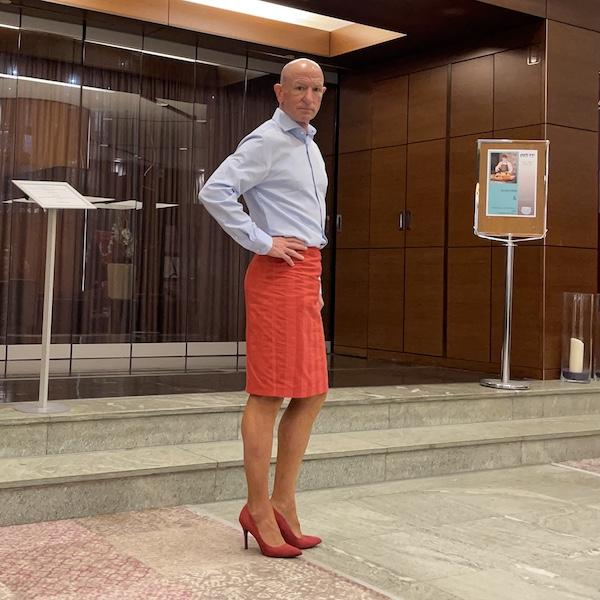 Mark Bryan desafiar estereotipos con zapatos rojos apoyando #RedShoeTuesday cada semana